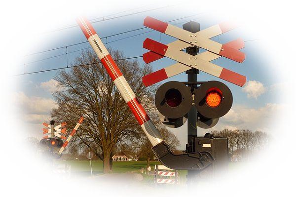 電車が通過し踏切の遮断機が上がる夢(電車が通過中に踏切の遮断機が上がる夢)