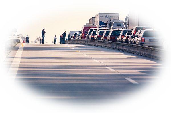 高速道路で渋滞に巻き込まれる夢(高速道路で渋滞の先頭や後方にいる夢)