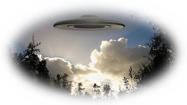 UFOを目撃する夢(何かから逃げるようなUFOを目撃する夢、UFOが消える夢)