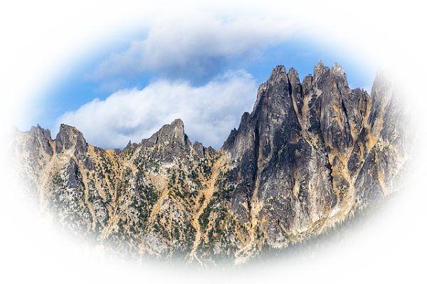険しい山を眼前に見る夢