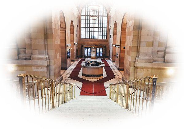 階段の踊り場から下を見下ろす夢(階段の踊り場から階段を上っている人を見下ろす夢)
