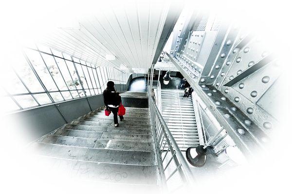 角度が急な階段を上る夢