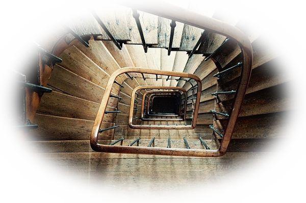 螺旋(らせん)階段を上る夢