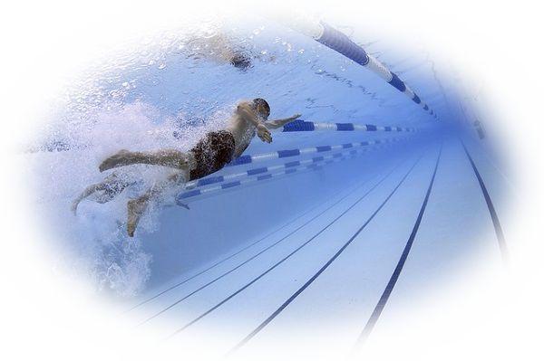 プールで競争する夢
