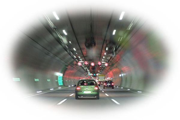 トンネルを車で通る夢