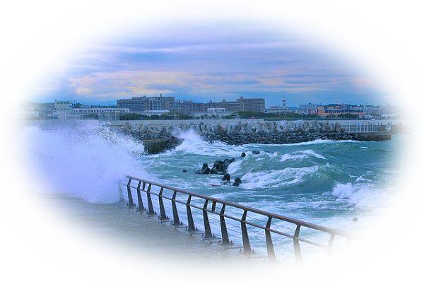高波が押し寄せる夢(高波の水しぶきがかかる夢)
