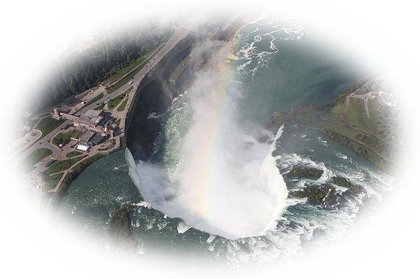 崖の上から滝や滝壺を見下ろしている夢