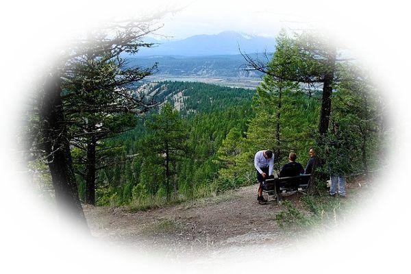 山登りをしている途中で休憩をする夢