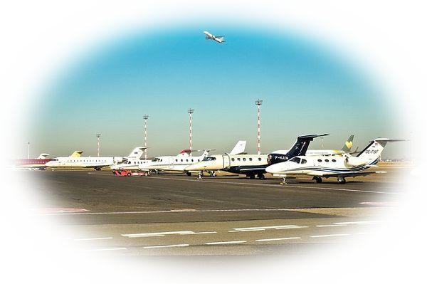 空港にたくさんの飛行機が止まっている夢
