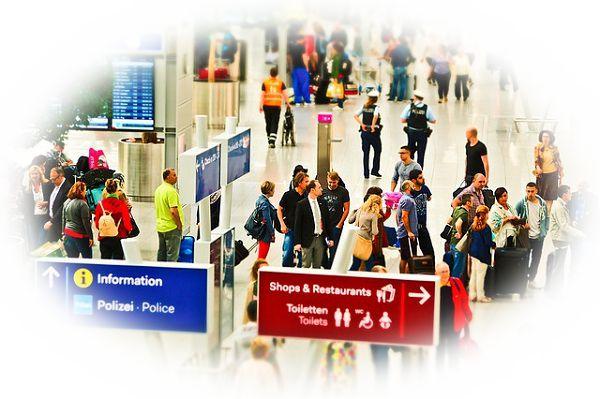 空港に人がいっぱいいる夢