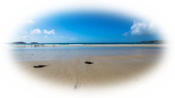 自分がいる砂浜の足元に波が押し寄せる夢