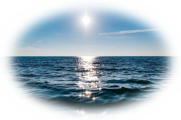 太陽の光でキラキラと輝く海を見る夢