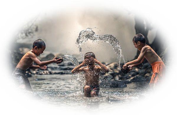 川で遊ぶ夢(川でボール遊びをしている夢)