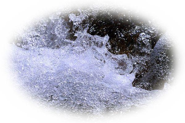 泉から澄んだ水が湧き出ている夢