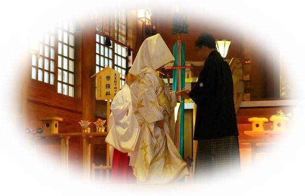 神社で結婚式や葬式を開いている夢