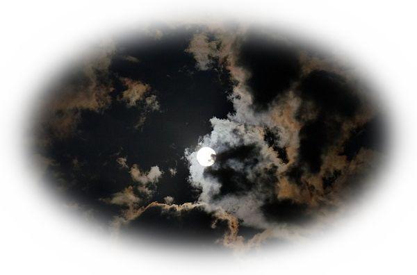 月光がむら雲にさえぎられている夢