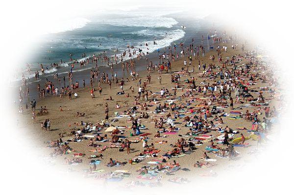 海辺や砂浜が海水浴客で溢れている夢(海水浴客で溢れている中で一人ぼっちの夢)