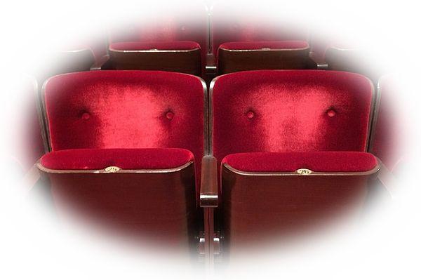 映画館の椅子が壊れている夢(映画館で席を譲ってもらう夢)