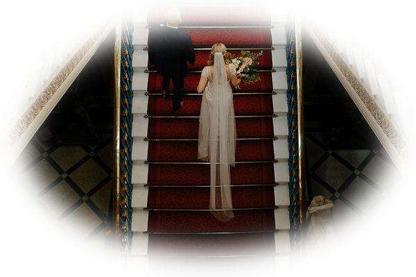 既婚の女性がウエディングドレスを着ている夢