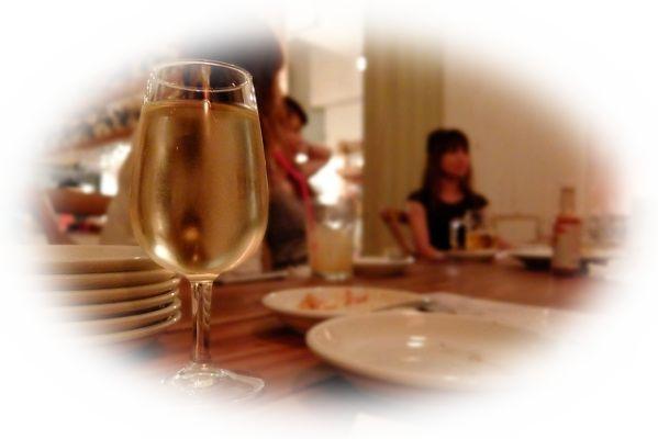 飲み会や宴会で一人で飲んでいる夢