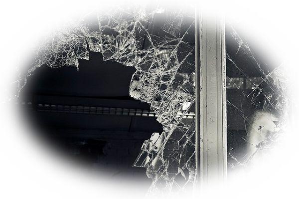 地震でガラスが割れる夢