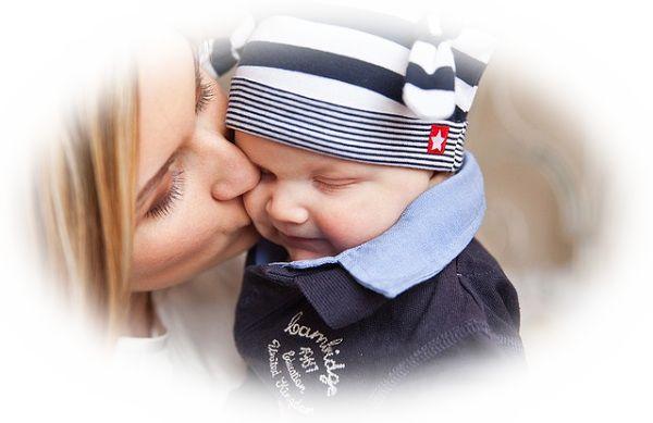 母親が子供の世話をしている夢