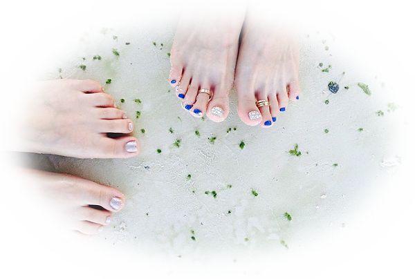 足の指にネイルをしている夢(ペディキュアをしている夢)